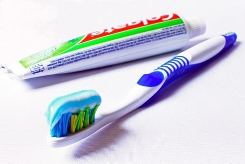 Nie tylko klasyczna pasta do zębów – czego używać do pielęgnacji jamy ustnej?
