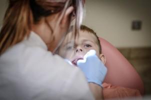 Leczenie stomatologiczne dzieci – jak powinni przygotować się do niego rodzice?