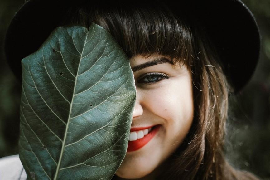 Wypadanie zębów – poznaj najczęstsze przyczyny